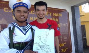 Trịnh Minh Tiến với tác phẩm ký họa chiến sỹ hải quân Trường Sa tháng 5/2016.