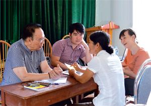 Luật sư và cán bộ Sở TN &MT tư vấn trực tiếp về Luật Đất đai  cho người dân xã Tu Lý (Đà Bắc).