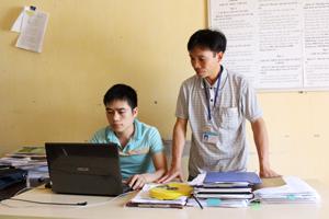 Cán bộ xã Vĩnh Đồng (Kim Bôi) trao đổi chuyên môn, nghiệp vụ,  nâng cao chất lượng phục vụ nhân dân.