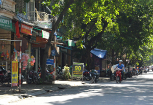 Tình trạng đặt biển hiệu quảng cáo lộn xộn, lấn chiếm vỉa hè, mất mỹ quan đô thị trên các tuyến đường ở TP Hòa Bình còn diễn ra khá phổ biến.  ảnh chụp trên đường Điện Biên Phủ (TP Hòa Bình).