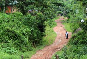 Xã Cun Pheo (Mai Châu) còn tới 90% đường trục xóm  là đường đất. ảnh: Đường trục xóm Hin Pén.