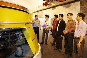 Đoàn công tác của các nhà báo Campuchia và Báo Hòa Bình thăm quan tổ máy Nhà máy thủy điện Hòa Bình.
