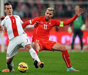 Milik tranh bóng với Behrami (phải) của Thụy Sỹ.