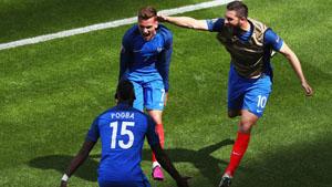 Antoine Griezmann (áo số 7) đã trở thành người hùng của ĐT Pháp với hai pha làm bàn liên tiếp trong hiệp 2 giúp Les Bleus lội ngược dòng 2-1 trước Ailen để giành vé vào tứ kết VCK Euro 2016. (Ảnh: Goal)   |