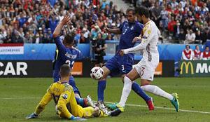 Chiellini giúp Italia tạo lợi thế dẫn bàn trong chiến thắng 2-0 trước Tây Ban Nha. Ảnh Reuters
