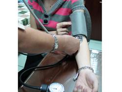 Khi đo huyết áp cẳng tay phải kê lên bàn, ngang tầm tim