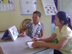 Cán bộ dân số xã Thái Thịnh tuyên truyền các biện pháp tránh thai hiện đại cho phụ nữ trong độ tuổi sinh đẻ
