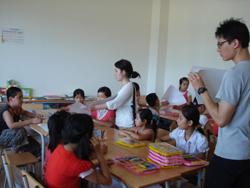 Thanh niên Hàn Quốc hướng dẫn các em thiếu nhi vẽ tranh bảo vệ môi trường