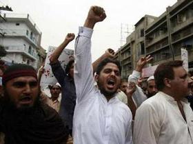 Người dân thành phố Lahore lên án vụ tấn công nhằm vào một đền thờ làm 42 người chết hôm 1-7.