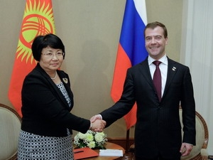 Tổng thống Nga Dmitry Medvedev và Tổng thống Kyrgyzstan Rosa Otunbaeva  tại cuộc gặp