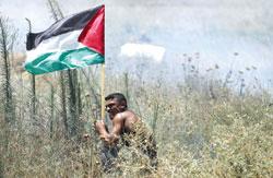 Một thanh niên Palestine trong một cuộc đụng độ với quân đội Israel tại Gaza