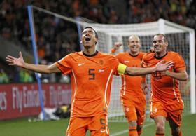 Hà Lan vào chung kết nhờ những khoảnh khắc tỏa sáng của Bronckhorst, Sneijder và Robben.