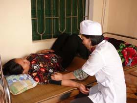 Đội ngũ cán bộ y tế cơ sở luôn tận tình chăm sóc người bệnh.
