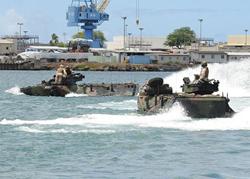 RIMPAC là cuộc tập trận đa quốc gia diễn ra hai năm một lần với mục đích củng cố hợp tác và cải thiện khả năng phối hợp cho các nước thuộc vành đai Thái Bình Dương. Trong ảnh là các xe lội nước tại cảng Trân Châu, Hawaii hôm 30/6.