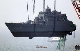 Phần trước của tàu Cheonan được trục vớt hôm 23/4.