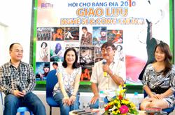 Ca sĩ - diễn viên Hồng Hạnh, NSND Thế Anh, NSND Trà Giang (từ phải sang) trong buổi giao lưu với khán giả.