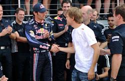 Webber và Vettel (áo trắng) gặp nhau sau chặng đua.