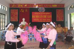 Đội văn nghệ xóm Khang, xã Yên Mông biểu diễn văn nghệ chào mừng Đại hội Đảng bộ xã