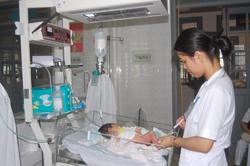 Trẻ sơ sinh được tiêm vắc xin phòng bệnh sau sinh