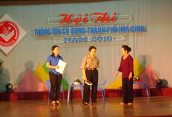 Tiểu phẩm Chống bạo lực gia đình của đội xã Dân Chủ đã để lại ấn tượng cho Ban giám khảo và khán giả