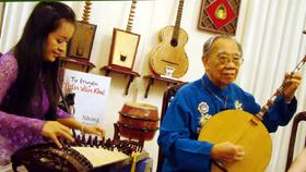 GS.TS Trần Văn Khê hòa đờn cùng nghệ sĩ Hải Phượng nhân dịp ông ra mắt tự truyện Những câu chuyện trái tim tại tư gia ngày 13/7.