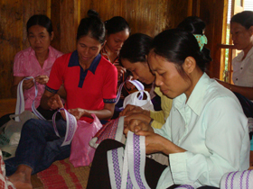 Phụ nữ Mai Châu bảo tồn và phát triển nghề thêu truyền thống.