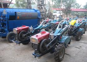 Loạt máy nông nghiệp chờ cung ứng cho các hộ dân trong đợt 1/2010.