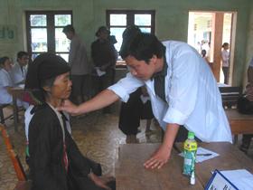 Đối tượng gia đình chính sách xã Mường Chiềng được khám bệnh, cấp thuốc điều trị.