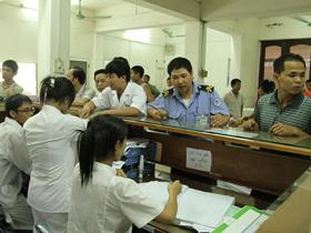 Người nhà bệnh nhân làm các thủ tục tại Bệnh viện Việt Đức- Hà Nội.