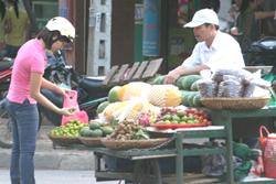 Hoa quả không rõ nguồn gốc xuất xứ vẫn được bày bán la liệt