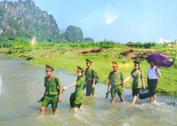 Cán bộ, chiến sĩ Công an huyện Kim Bôi về cơ sở để tuyên truyền, phổ biến pháp luật cho nhân dân