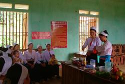 Cán bộ  y tế thôn bản xã Liên Vũ (Lạc Sơn) tiến hành buổi thực hành dinh dưỡng cho các bà mẹ có con dưới 5 tuổi và phụ nữa mang thai
