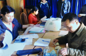 Phiên giao dịch lưu động của Phòng giao dịch NHCSXH huyện Mai Châu tại xã Pà Cò.