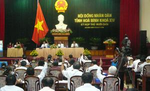 Các đại biểu HĐND tỉnh biểu quyết thông qua các Nghị quyết