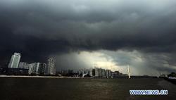 Mây đen bao phủ bầu trời thành phố Quảng Châu, tỉnh Quảng Đông.