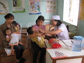 Bổ xung Vitamin A cho trẻ em dưới 5 tuổi tại Trạm y tế xã Đồng Tâm (Lạc Thuỷ)