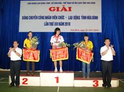 BTC trao cờ và giải thưởng cho đội  nhất, nhì, ba, giải nữ phong trào