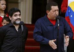Maradona (trái) trong chuyến thăm Tổng thống Venezuela, Hugo Chavez, mới đây.