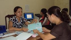 Cán bộ BHXH huyện Kỳ Sơn thực hiện việc giao sổ BHXH cho người lao động