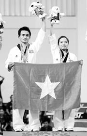 Võ sĩ Nguyễn Đình Toàn (người bên trái).