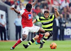 Elderson (trái, Sporting Braga) đi bóng trước Maloney của Celtic