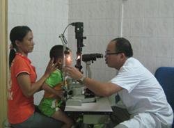 BS Cương cho biết, không chỉ bệnh nhân bị đau mắt đỏ tới khám, mà nhiều người ở viện điều trị bệnh lý khác, đến viện thăm người nhà, nhân viên y tế cũng bị lây đau mắt đỏ