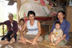 Gia đình anh Bùi Văn Nhi ở xóm Dài 1, xã Bình Chân bị phát bệnh đầu tiên trong năm 2010.