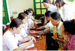 Thực hiện chương trình BHYT, người dân vùng sâu xã Phú Vinh (Tân Lạc) thường xuyên được chăm sóc sức khỏe.