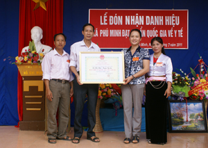 Lãnh đạo UBND huyện Kỳ Sơn trao bằng công nhận xã đạt chuẩn Quốc gia về y tế cho xã Phú Minh.