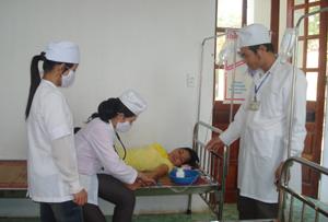 Cán bộ trạm y tế xã Vĩnh Đồng không ngừng nâng cao trình độ chuyên môn nghiệp vụ chăm sóc sức khỏe nhân dân.