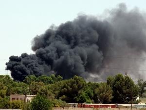 Khói bốc lên sau cuộc không kích của NATO tại Tajura, ngoại ô Tripoli ngày 1/7. (Nguồn: THX/TTXVN)