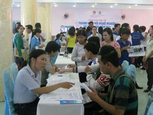 Phỏng vấn ứng viên tại ngày hội việc làm do LĐLĐ quận 12 tổ chức ngày 27-6. Ảnh: PHAN ANH