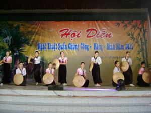 Tiết mục múa của đội văn nghệ quần chúng thị trấn Hàng Trạm tại hội diễn NTQC công – nông – binh huyện Yên Thủy năm 2011.