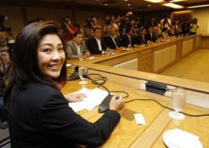 Bà Yingluck trong cuộc họp với nhóm kinh tế của bà tại trụ sở đảng Puea Thái ở Bangkok hôm qua.